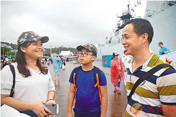 ■崔先生帶同妻兒重遊昂船洲軍營。香港文匯報記者莫雪芝 攝