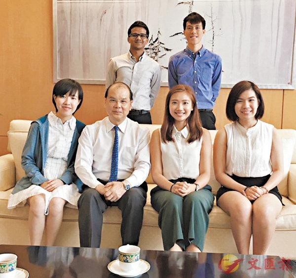 ■張建宗(前排左二)表示,已邀請5位在其辦公室工作實習生,與他一同出席公開活動,讓他們了解其工作。 網誌圖片