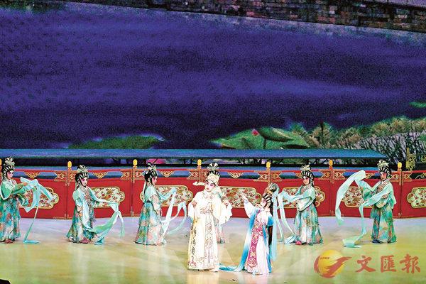 ■「聲輝」同學在慶回歸二十周年粵曲匯演中演《夢會太湖》。