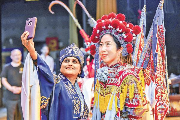 ■嘉賓身穿京劇服飾拍照留念。