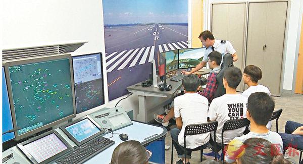■學員參加航空學院夏令營,了解飛行模擬器運作。 機管局供圖