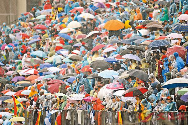 ■即使外面很大雨,英國人也會婉轉地說「潮濕」。 資料圖片