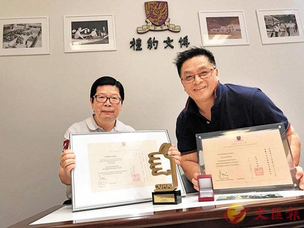■陳宗德和徐偉華獲中大頒發長期服務獎。香港文匯報記者黎忞  攝