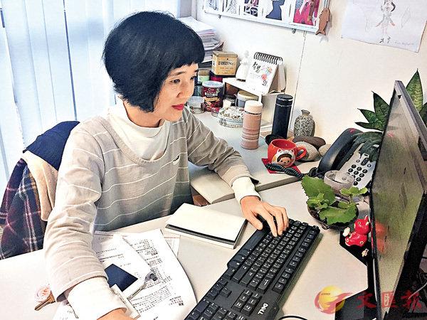■陳曦靜正於教師辦公室工作。實習記者張美婷 攝