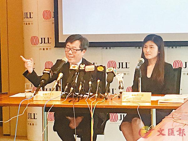 ■仲量聯行董事總經理曾煥平(左)認為,政府不調整措施方向,樓價下跌機會不大。香港文匯報記者周曉菁  攝