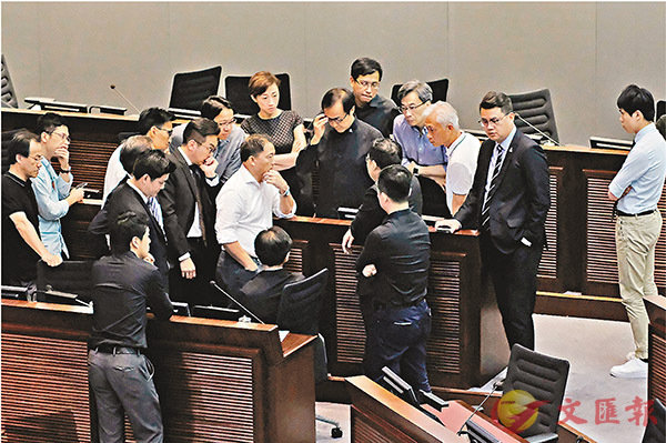 ■反對派表現激動,包圍4人並叫囂。 香港文匯報記者彭子文 攝
