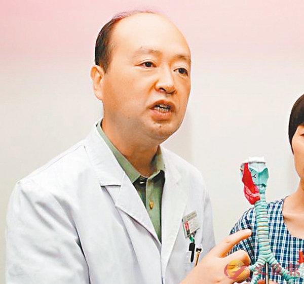 ■崔鵬程教授介紹生物人工氣管移植手術原理。 香港文匯報陝西傳真