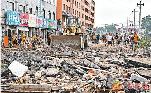 ■吉林嚴重暴雨洪澇致7亡1失蹤。圖為搶險人員在搶修道路。 新華社