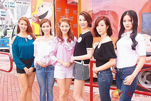 ■左起:雷莊�n、伍樂怡、黃瑋琦、黃凱琪、胡美貽和邱晴昨到中環進行直播。