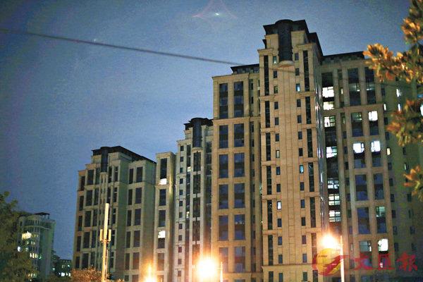 ■上海新江灣城不少樓盤入住率不高,晚上亮燈的戶數寥寥。香港文匯報記者孔雯瓊  攝