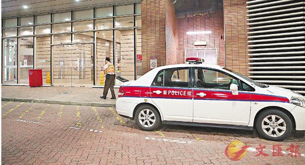 ■警員到理大李兆基樓調查自殺案。