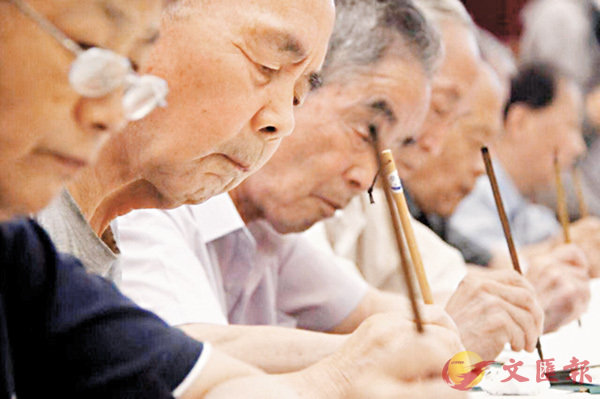 ■在毛筆書寫錄取通知書現場,老教授們認真寫下每一封錄取通知書。 網上圖片