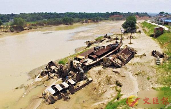 ■長沙寧鄉日前洪澇災害嚴重。圖為寧鄉溈江邊多艘船被洪水沖擊後堆積在一起。 網上圖片