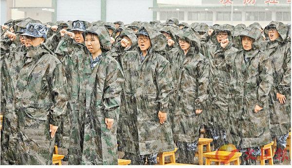 ■近500名學生無懼風雨,於操場上宣誓入營。  香港文匯報記者彭子文  攝