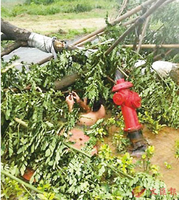 ■43歲的陳永國潛入井中,成功關掉消防栓閥門止住了水。 網上圖片