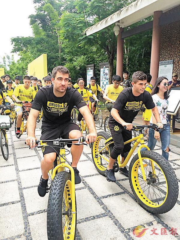 ■柏柏斯達夫普路斯和比薛斯基體驗共享單車。香港文匯報記者敖敏輝  攝