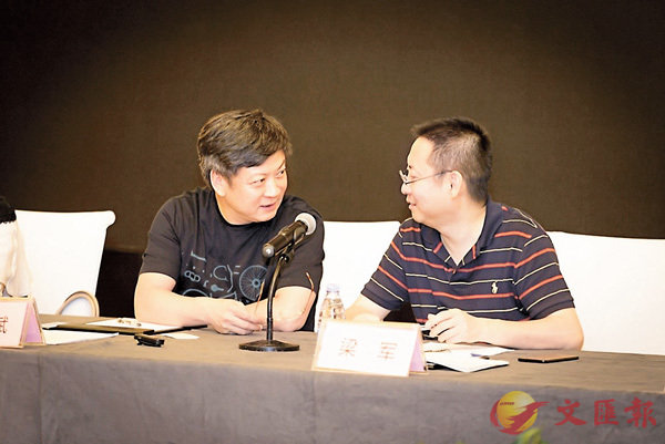 ■孫宏斌(左)在股東大會上直言看好樂視網上市公司業務。 網絡圖片