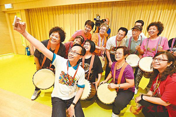 ■聶德權到訪保良局劉陳小寶長者地區中心,與參與音樂課的長者自拍。