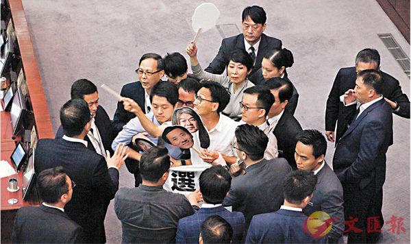 ■多名反對派議員衝擊主席台擾亂財會秩序。 香港文匯報記者曾慶威  攝