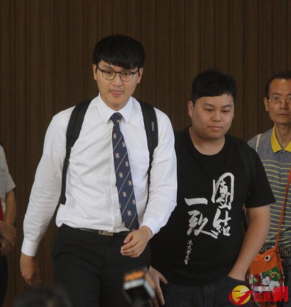 圍堵港大校委會事件,馮敬恩及李峰琦(右)被裁定罪成,兩人准保釋至9月接受判刑。