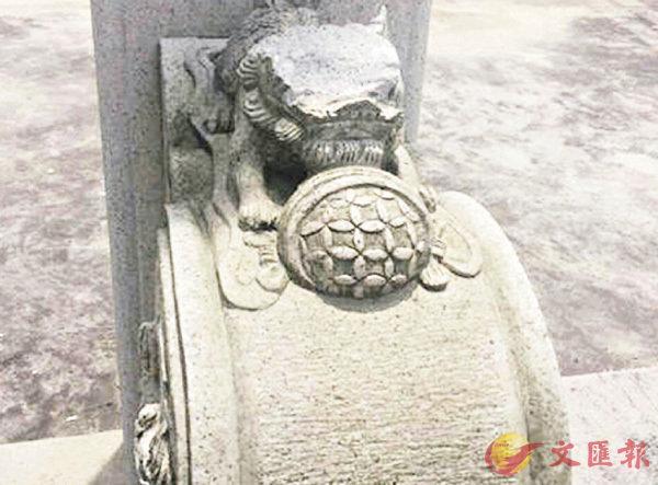 ■陵園裡遭鐵具重擊破壞的石獅。 網上圖片
