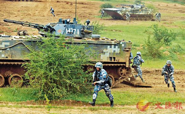 ■2015年,中國海軍陸戰隊在馬龍綜合訓練場進行實戰演習。 資料圖片