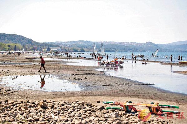 ■羅馬西北部海灘受旱災影響,水位下降。美聯社