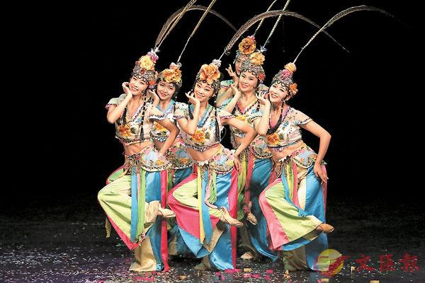 ■成都藝術團的演員們表演舞蹈《俏花旦》,動作維肖維妙。
