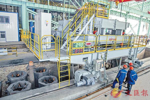 ■內地首條清潔智能化制備高端裝備用特殊鋼示範生產線項目,圖為項目一期的智能化澆鋼車。 香港文匯報山東傳真
