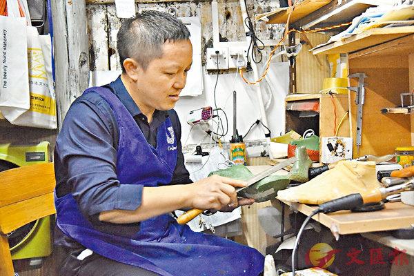 ■伍超強的手工製鞋,客源遍佈海內外。