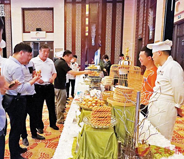 ■「世界麵食大會」參會賓客正在品嚐麵食品牌的點心。 香港文匯報記者楊奇霖  攝