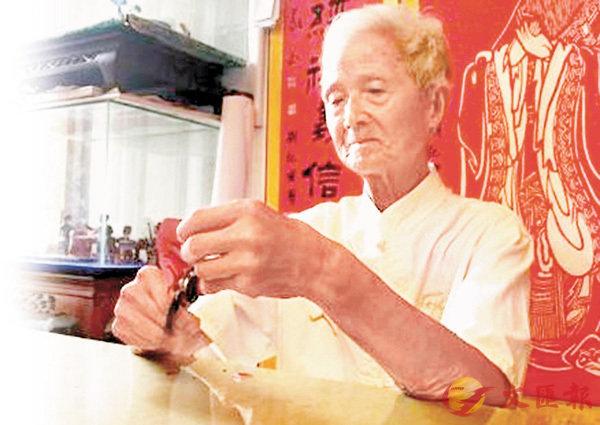 ■八旬翁劉紀甫正在進行徒手剪紙創作。 網上圖片