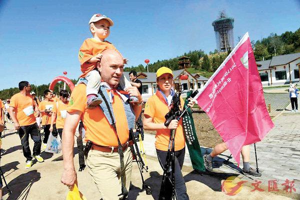 ■來自俄羅斯的小童跟父母一起參加「徒步」運動。香港文匯報記者于海江 攝
