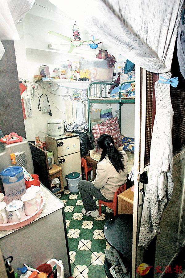 ■李太一家四口都住在這個約40平方呎的板間單位。 本報資料圖片