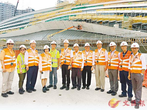 ■行政會議非官守成員參觀高鐵香港段西九總站工地。 林健鋒供圖