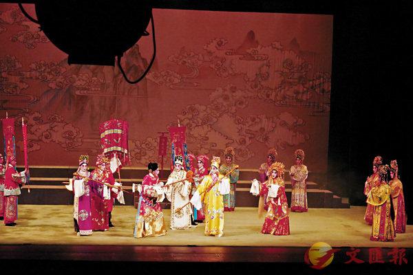 ■在殺手裙、旗牌和擔傘簇擁下,董永與七仙姬重逢。