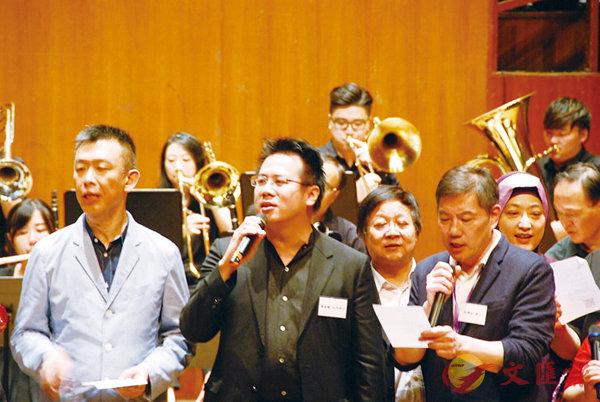 ■觀塘區民政事務專員謝凌駿(中)引領一眾嘉賓,與台上表演者及全部觀眾合唱「獅子山下」,將全晚推向高潮。