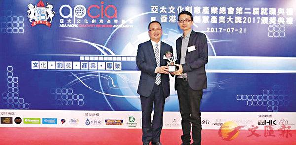 ■「二胡王子」王憓(右)獲頒「香港文化創意產業大獎」。