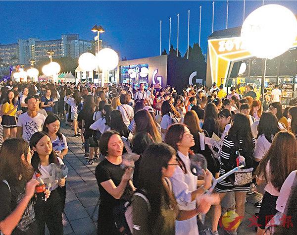 ■入夜後的電競音樂節,館外人頭湧湧。 香港文匯報記者楊佩韻 攝