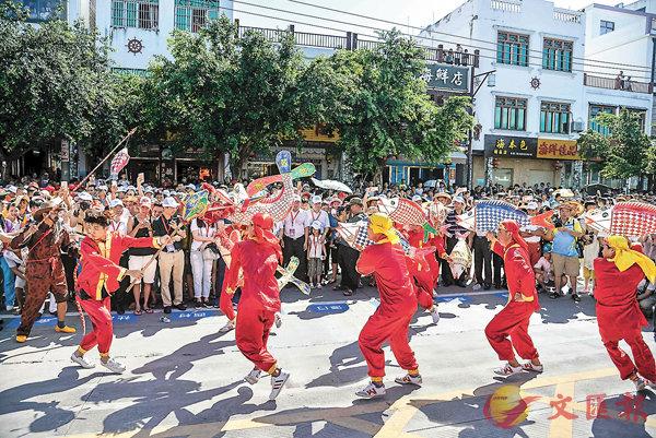 ■昨日上午,數千遊客、漁民齊聚海南瓊海潭門港,參加一年一度的潭門趕海節。 中新社