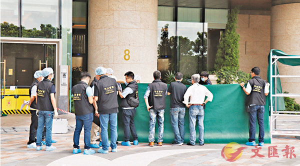 ■澳門司警到金峰南岸調查墮樓案。
