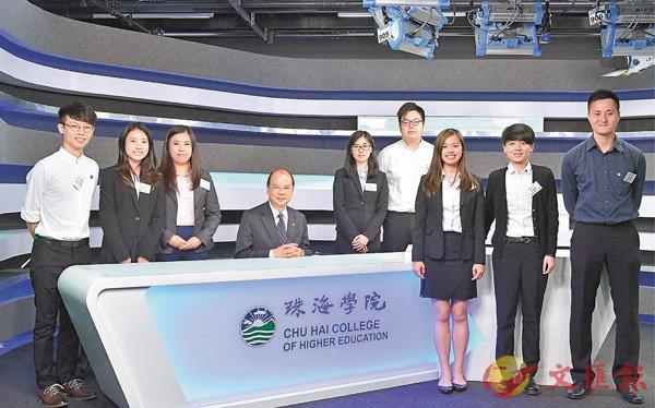 ■張建宗上周到訪珠海學院,向學生介紹剛推出的36億元優質教育措施。