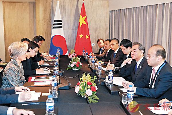 ■中國外交部長王毅表示,中國支持朝韓展開對話。圖為 8月6日,王毅(右二)出席東亞合作系列外長會期間會見韓國外長康京和(左一)。 新華社
