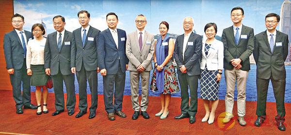 ■多名副局長及政治助理與傳媒茶敘。香港文匯報 記者 朱朗文 攝