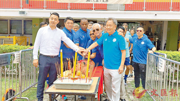 ■標準流浪昨日拜神開操。香港文匯報記者潘志南 攝