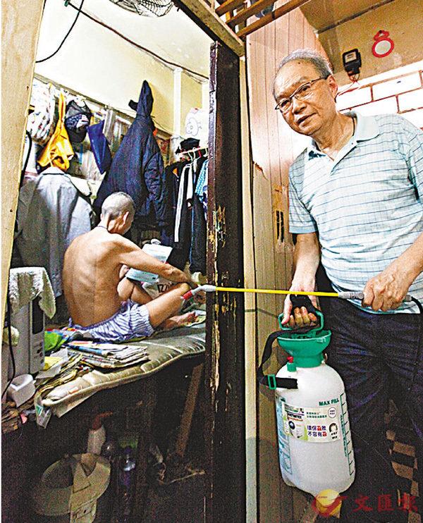 ■退休裝修師傅鄧渭然成立「滅蟲滅蝨特攻隊」。香港文匯報記者曾慶威  攝