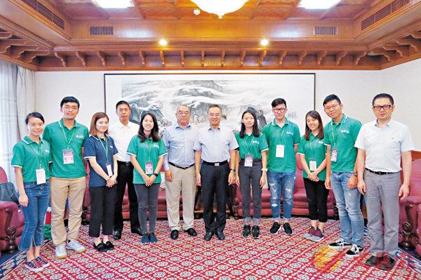 ■龍翔在南京市政府會見了交流團代表並與大家合影。 香港文匯報南京傳真