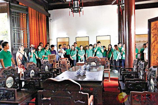 ■港生在南京靜海寺參觀《南京條約》議約復原場景。 香港文匯報南京傳真