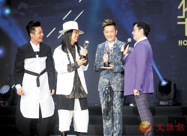 ■譚詠麟(右一)頒獎予草蜢三子。香港文匯報記者劉國權 攝