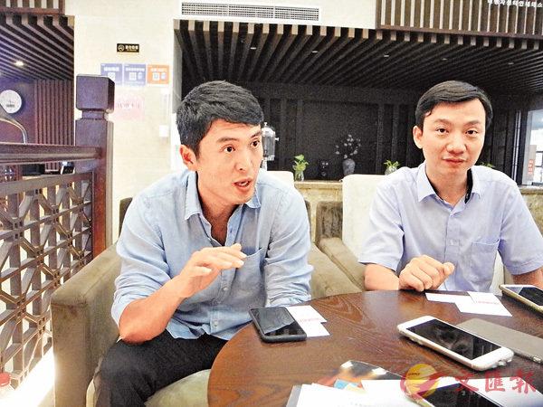 ■趙宇(左)指,上海是「生前契約」銷售主力。旁為趙小虎。香港文匯報記者章蘿蘭  攝